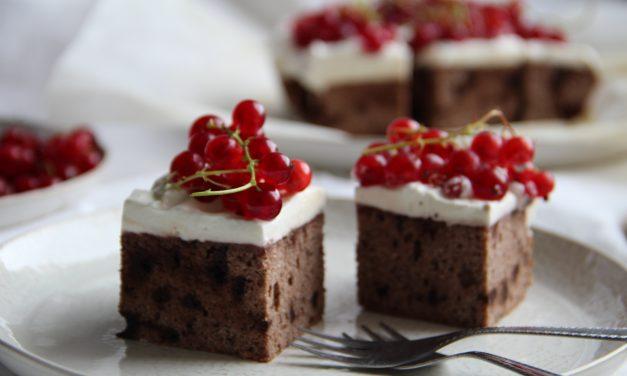 Čokoládový koláč bez cukru s ríbezľami